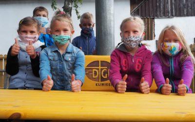 Überraschung am ersten Schultag: Diakonie-Krankenhaus Elbingerode übergibt neue Bänke für den Pausenhof